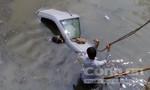 Ô tô lao xuống suối, hai người may mắn thoát chết