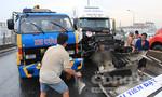 Hai xe container va chạm giữa cầu Phú Mỹ gây ùn tắc nghiêm trọng