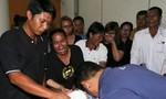 Nỗi đau 'không lời' của người nhà nạn nhân vụ đánh bom ở Bangkok