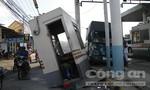 Xe tải húc văng cabin trạm thu phí, giao thông hỗn loạn