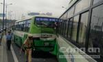 Xe buýt húc nhau, xa lộ Hà Nội ùn tắc nghiêm trọng