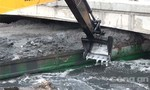 Clip: Xà lan chở bùn kẹt cứng dưới gầm cầu