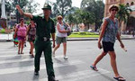 CSGT bắt nam sinh viên giật giỏ xách người nước ngoài