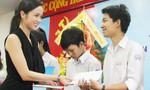 Bốn tân sinh viên nghèo được trao trên 200 triệu đồng học bổng