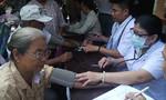 Đoàn y bác sỹ tình nguyện khám, chữa bệnh, phát thuốc cho kiều bào tại Lào