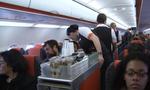 Nổ sâm banh khiến máy bay phải hạ cánh