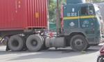 Một người phụ nữ chết thảm dưới bánh xe container