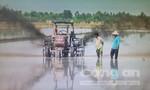 'Hai lúa' sáng chế máy phun thuốc, máy vét mương không người lái