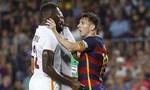 """Messi """"bóp cổ"""" đối thủ cao hơn mình nửa cái đầu"""