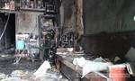 Người dân dập tắt đám cháy ở nhà hai tầng