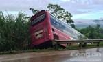 Xe khách mất lái lao xuống mép đường, hơn 10 hành khách thoát chết