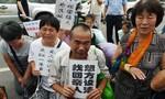 Thân nhân hành khách MH370 biểu tình, yêu cầu được đến đảo Reunion