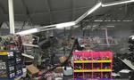 Lốc xoáy xé toạc mái siêu thị làm hai người bị thương