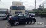 Xe container ủi ô tô 4 chỗ hàng trăm mét trên quốc lộ