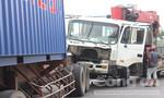 Tông vào đuôi container, xe tải nát đầu