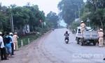 Đầu trần, ba thanh niên lao xe máy vào ô tô tải