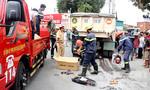 Lính cứu hỏa nâng xe ben đưa nạn nhân bị cán chết ra ngoài