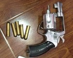Bắt đối tượng buôn ma túy sử dụng súng và bình xịt hơi cay