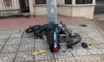 Xe máy tông cột điện, 2 người nguy kịch