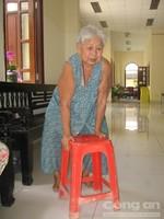 Bà cụ neo đơn bị bệnh tật hành hạ