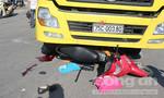 Xe tải cuốn xe máy vào gầm, 3 người thương vong