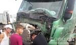 Clip xe đầu kéo tông xe tải, hai lái xe thoát chết trong gang tấc