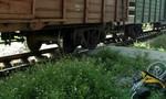Lao xe máy vào tàu lửa, một phụ nữ bị hất văng hàng chục mét