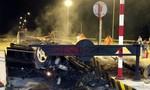 Clip: Đâm vào đảo bê-tông, xe Mercedes lộn nhào, biến dạng