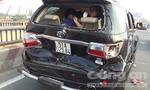 Xe container tông móp đuôi ô tô, 5 người thoát chết