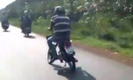 Clip nam thanh niên đi xe máy bị lệch cả hai bánh