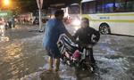 Người dân Biên Hòa bì bõm tìm đường về nhà trong cơn mưa chiều tối