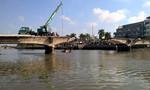 Tháo dỡ cầu Đúc, một xe cẩu rơi xuống sông