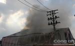 Cháy cơ sở thực phẩm, hàng chục công nhân hoảng loạn
