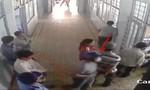 Bảo vệ nhanh chân bỏ chạy khi côn đồ xông vào bệnh viên truy sát bệnh nhân