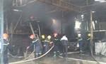 Sau tiếng nổ, 2 xe ô tô bị thiêu trụi