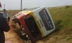 Xe khách mất lái lật nghiêng sang bờ đê, hàng chục hành khách hoảng loạn