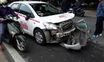 Xe taxi tông nhau kinh hoàng giữa phố, 2 phụ nữ nguy kịch