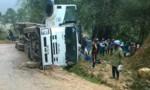 Xe tải lật giữa tỉnh lộ, người dân giúp lái xe gom hàng trăm con lợn