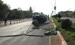 Cãi nhau với vợ khi đang lái xe, tài xế húc bay cột điện trên quốc lộ 14