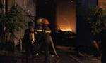 Xưởng gỗ trên quốc lộ 13 cháy ngùn ngụt, người dân nháo nhác sơ tán tài sản