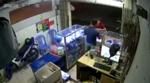 Clip: Vào cửa hàng, lừa lấy điện thoại 'xịn'