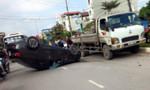 Chạy tốc độ cao, ô tô lật nhào khi tông vào xe máy