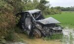 Tàu lửa tông ôtô bay xuống ruộng, 2 người chết