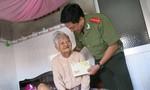 Báo CATP thăm, tặng quà tết đến mẹ Việt Nam anh hùng tại Bến Tre