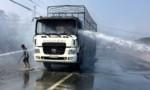 Tài xế lái xe tải bốc cháy ra khỏi bãi xe tránh cháy lan sang xe khác