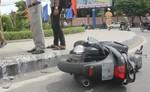 Bảo vệ lao xe hạ gục hai tên cướp giật túi xách người nước ngoài