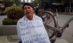 Nam thanh niên quỳ gối xin việc trước cổng Đài Truyền hình Việt Nam