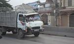 Ô tô tải mất lái đâm 2 người đi đường rồi húc đổ tường nhà dân
