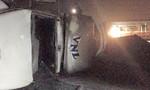 Tàu lửa tông xe container lật xuống vệ đường trong đêm