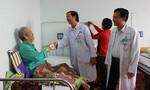 Xử trí khối u lớn khiến cụ ông 83 tuổi 'bít đường tiểu' trong nhiều năm